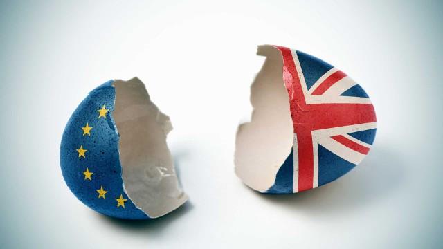 brexit-holdin-hands-AdobeStock_108457827